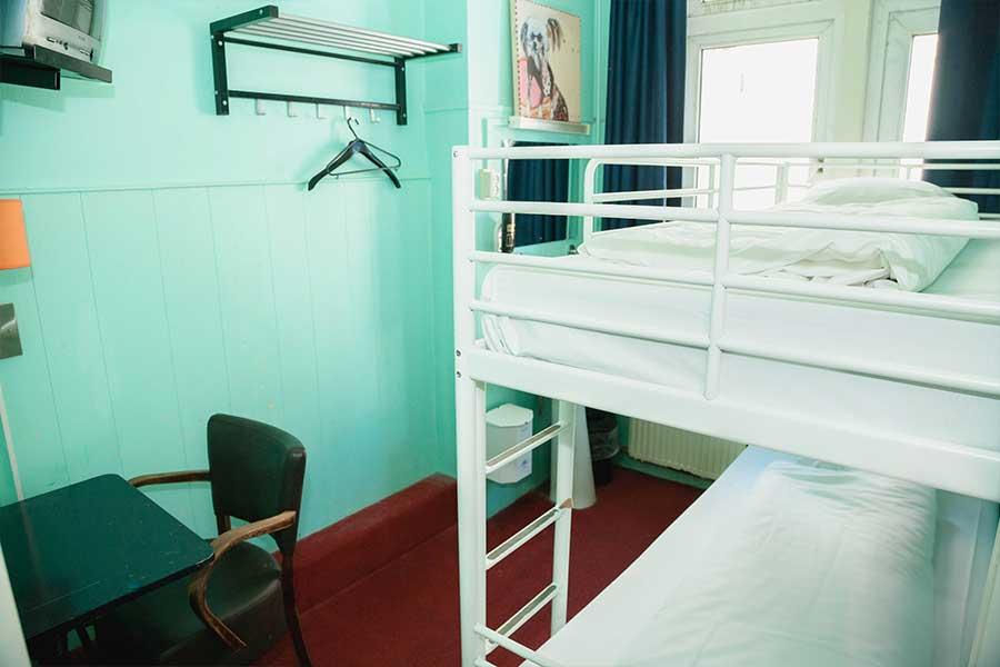 Enkel bed in slaapzaal voor vrouwen